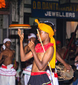 Malabarista participa del festival pera hera en kandy — Foto de Stock