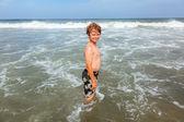 海で幸せな少年 — ストック写真