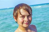 Chico disfruta el agua en el océano — Foto de Stock