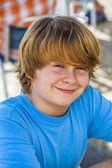 Venkovní portrét uvolněné roztomilý mladý chlapec — Stock fotografie