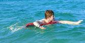 Cute boy enjoys the ocean — Stockfoto