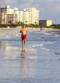 老人喜欢在海边慢跑锻炼 — 图库照片