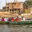 People cross the ganges by ferry — Stock Photo