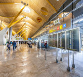 Passengers walk by at the new terminal T4 at Barajas airport — ストック写真