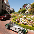Oldtimer passing the lombard street, san Francisco — Stockfoto