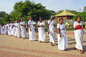 People worship at the famous Bodh Gaya tree — Stock Photo