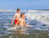 Chłopiec cieszą się morze i plaża — Zdjęcie stockowe
