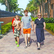 Mother with two sons on the way to the beach — Stockfoto