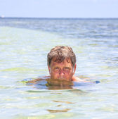 Man swims in the ocean — Stock Photo