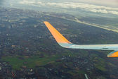 Wing of aircraft with aerial of Hamburg — Stock fotografie