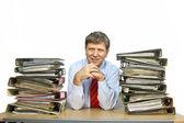 Muž studie složku se soubory na svém stole v kanceláři — Stock fotografie