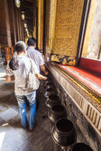People giving donations in the temple of the giant Reclining Bud — Stok fotoğraf