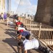 People enjoy exercises at Brooklyn Bridge in New York — Stock Photo