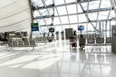 Panchine vuote all'aeroporto — Foto Stock