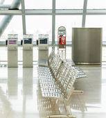 Empty benches at the airport — Stock Photo