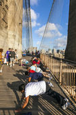 People enjoy exercises at Brooklyn Bridge in New York — Stock Photo