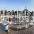 People in the public fountain area have a refreshing bath at the east harbor side — Stock Photo