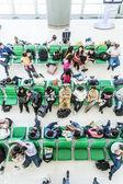пассажиры ждать на скамейках для отправления их рейса — Стоковое фото