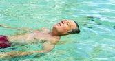 Yakışıklı adam okyanusta yüzmeye eğlenceli — Stok fotoğraf