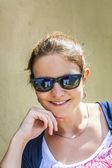 Lachende aantrekkelijke jonge vrouw — Stockfoto