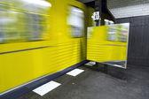 O trem sai da estação de metro — Fotografia Stock
