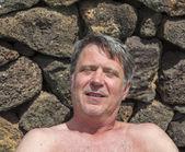Ritratto di uomo bello rilassante nell'area esterna — Foto Stock