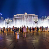 People watch famous Bellagio Hotel with water games in Las Vegas — Stock Photo