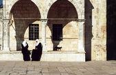 Mulheres árabes sentam no muro do templo — Fotografia Stock