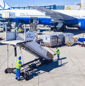 People with air bridge and United Aircraft standing at terminal — Stock Photo
