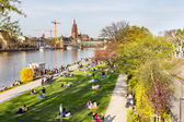People enjoy the first warm spring day in Frankfurt — Foto Stock