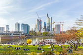 People enjoy the first warm spring day in Frankfurt — Stock Photo