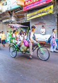 Rickshaw rider transports passenger early morning in Delhi — Zdjęcie stockowe