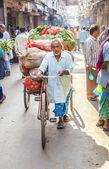 Riksza jeździec transporty warzyw wcześnie rano na rynku — Zdjęcie stockowe