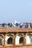 People visit the red fort in Agra — Stock Photo