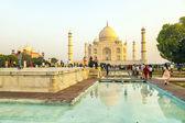 People visit Taj Mahal in Agra, India — Stock Photo