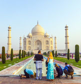 People visit the famous Taj Mahal — Stock Photo