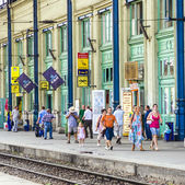 People wait for the train at platform of West Train Station  — Stock Photo