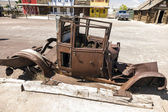 Oude rot auto met planten binnen op historische route 66 in seligm — Stockfoto