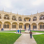 People visit Jeronimos Monastery Cloister — Stock Photo