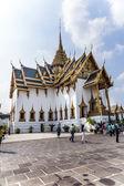 People visit Phra Tinang Aporn Phimok Prasat Pavillion in the Gr — Stock Photo