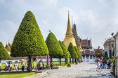 People visit the Grand Palace in Bangkok — Stock Photo