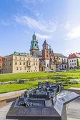 Wawel-Schloss auf sonnigen Tag mit blauem Himmel und weißen Wolken — Stockfoto