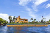 View to beautiful houses from the canal in Fort Lauderdale — Stock Photo