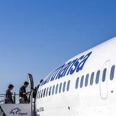 People board the Lufthansa aircraft  — Fotografia Stock