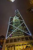 Fassade der Wolkenkratzer bei Nacht — Stockfoto