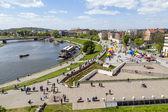 People enjoy entertainment at the vstula River  — Stock Photo
