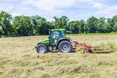 Tractor en prado hacer heno — Foto de Stock