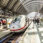 People hurry to train at Frankfurt railway station — Stock Photo #46633457