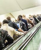 Lidé jdou na eskalátoru — Stock fotografie