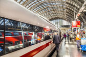 People hurry to train at Frankfurt railway station — Stock Photo